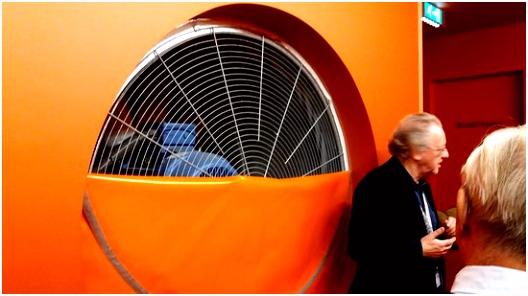 ze enthousiaste gids Foto van Nederlands Instituut voor Beeld