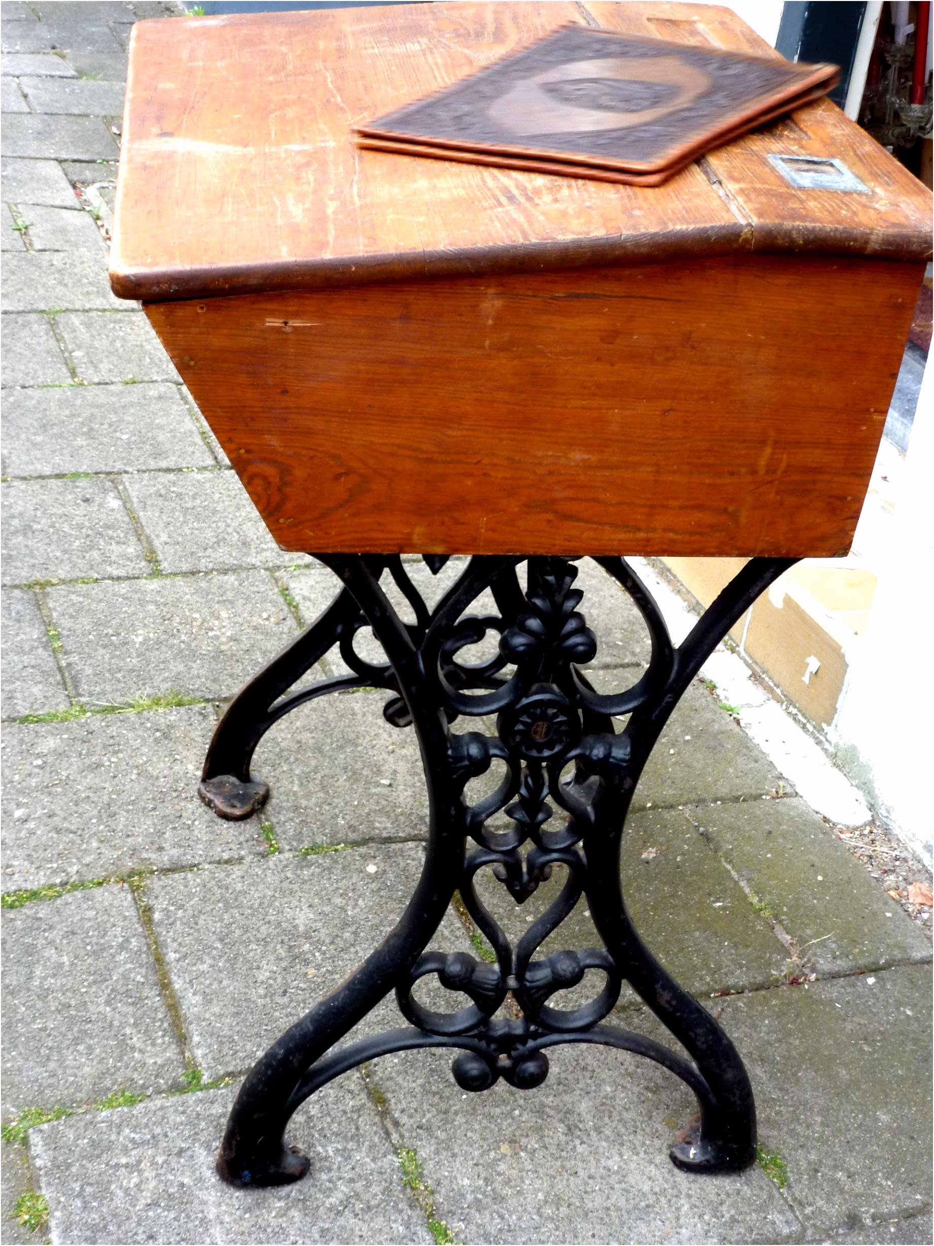 Oude lessenaar gemonteerd op een gietijzeren onderstel van een oude