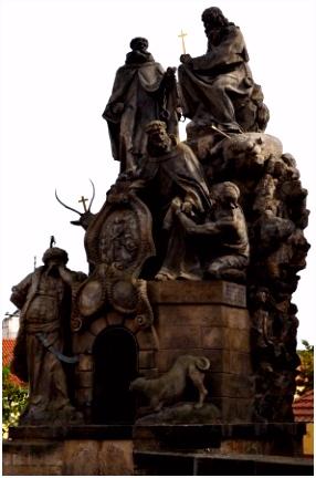 enorm veel beelden op de brug Foto van De Karelsbrug Praag