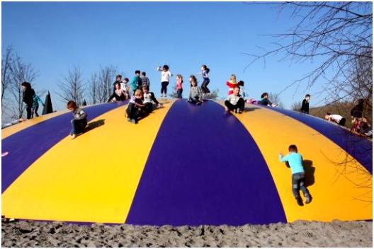 Grote en kleine springkussens en trampolines Foto van Hans