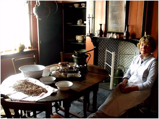 een kijkje in een oud huisje Picture of Zuiderzeemuseum Enkhuizen