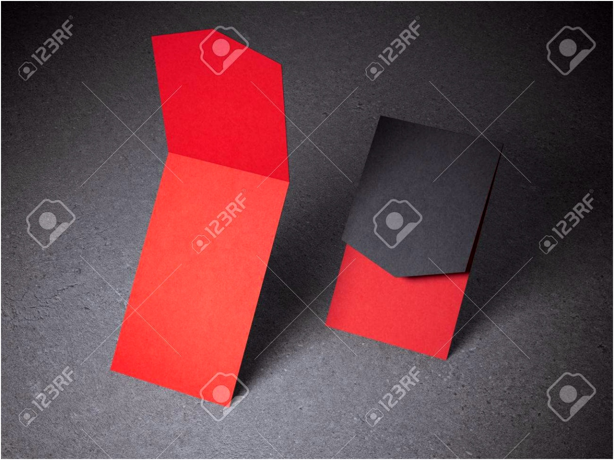 Zwei Geöffnete Rote Visitenkarten Auf Betonboden Lizenzfreie Fotos