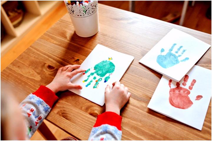 Wie Handabdruck Bilder zu Weihnachten gestalten Bastelideen für Kinder
